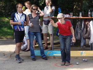 hráči petanque na Pražské kampě
