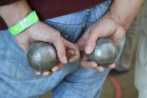 Hráč držící koule na petanque