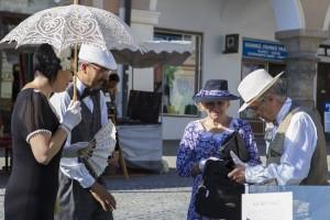 Lidé v historických krojích na náměstí v Kutné hoře