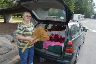Paní veze růže z veletrhu Flora Olomouc nemocným dětem