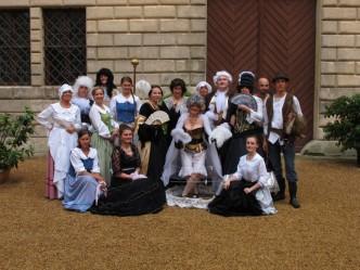 Lidé v krojích na zámku v Litomyšli