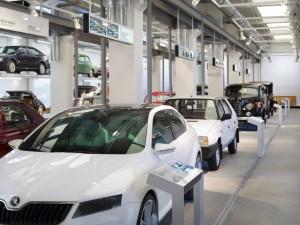 automobili znázorňující historii automobilky a muzeu Škoda auto
