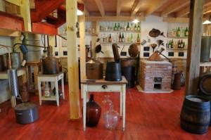 Na obrázku expozice muzea pálenic plná pálenek a destilačních přístrojů