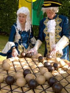 barokny-hry na zámku Pillnitz, osoby v krojích vybízejí ke hře