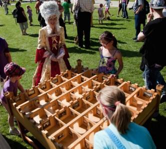 barokny-hry na zámku Pillnitz, děti se snaží rozřešit hlavolam v zámeckém parku