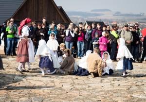 centrum Eden, ekologické rodinné centrum na obrázku děti v kostýmech obklopeni diváky