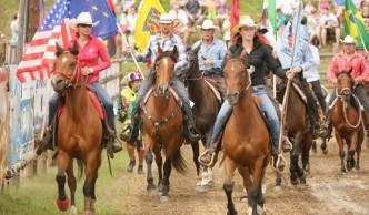 Jezdci na koních při přehlídce na akci rodeo v Šiklově mlýně