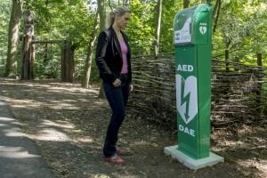Ředitelka zooparku Iveta Rabasová u defibrilátoru