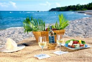 pláž s košíkem potravin k článku o gastronomii Dominikánské republiky