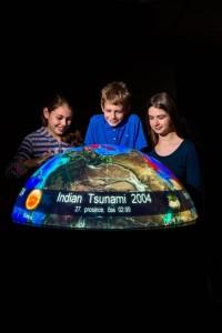 Děti si prohlíží 4D globud v iqlandii