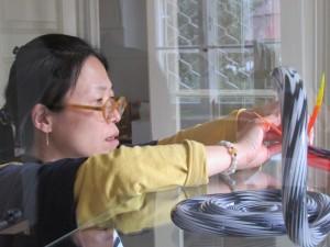 autorka výstavy korejská výtvarnice Song Mi Kim přiinstalaci expozice ve sklářském muzeu