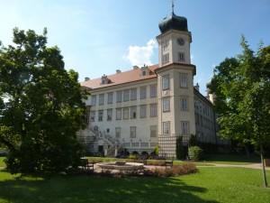 Část budovy zámku Mníšek pod Brdy se zahradou