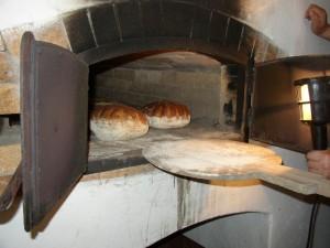 Pečení chleba na posvícení na Veselém kopci u Hlinska, Na obrázku bochníky chleba v peci
