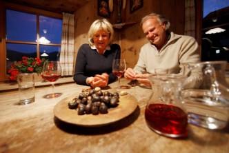 Manželský pár na farmě v Jižním Tyrolsku při ochutnávce Jihotyrolské gastronomie