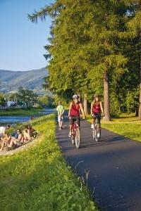 Cyklisté na cyklostezce Bečva