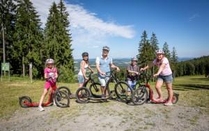 Rodina na kolech a koloběžkách na Lipně