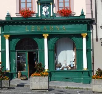 Průčelí barokní lékárny U bílého jednorožce na náměstí míru v Klatovech