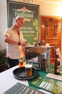 blondýnka točí pivo Ferdinand