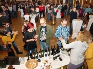 Lidé při degustacích vína na festivalu vína v Českém Krumlově