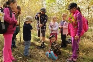 Děti sází sazenice stromů v ZOO Chomutov