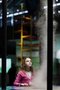 Holčička pozorující umělé tornádo v Brněnském science centru VIDA