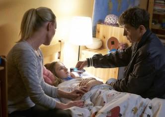 Pavel Kříž jako lékař ve filmu básníci ošetřuje dívku