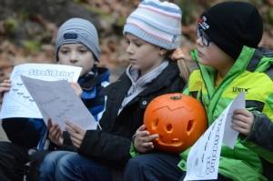 Děti v ZOO děčín při akci strašidelná zoo a dlabání dýní