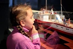 Dívka si prohlíží exponát modelu lodě -Technické muzeum praha/gastrovýlety.cz