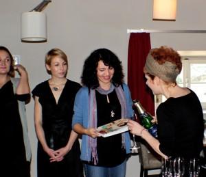 Autorka při křtu knihy