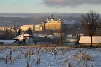 Zimní pohled na Broumovský klášter