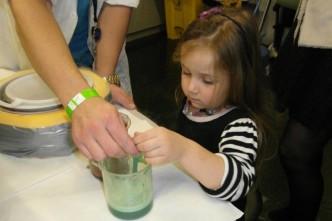 Holčička se učí vařit podle zásad molekulární gastronomie
