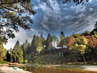 Pohled na areál Bečovská botanická zahrada s podzimní krajinou