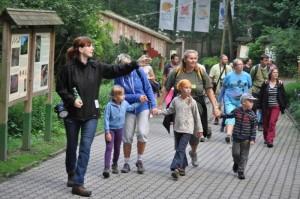 Děti s průvodkyní při komentované prohlídce ZOO v Děčíně