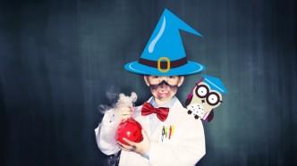 Chlapec převlečený za čaroděje ve vědeckém centru Vida