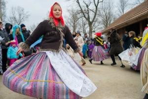 Dívka v lidovém kroji na akci Masopust v pražské ZOO