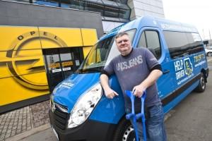 Invalidní řidič Martin Břoušek převzal klíčky od zbrusu nového Opelu Movano