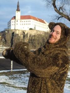Muž v kostýmu medvěda před zámkem Děčín -Masopust ZOO Děčín