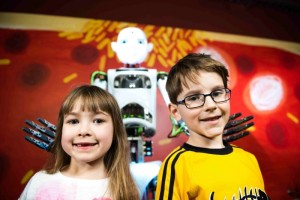 Děti ve vědeckém zábavním centru iQlandie v Liberci společně s robotem