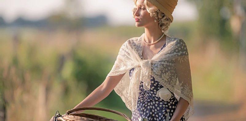 Muzeum piva zve na výstavu 1. republika, na obrázku krásná žena stylově oblečená