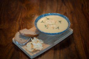 Česnečka v talíři s pečivem a sýrovým chipsem, Recept na česnečku
