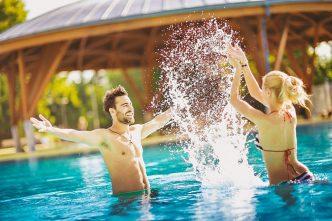 Snímek dvojce lidí užívajících si v bazénu při dovolené v Maďarských lázních Bük
