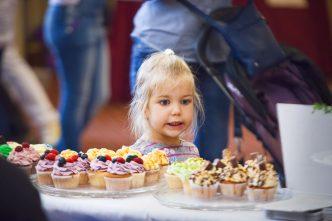 holčička s dortíky na festivalu Prague Cake Festival